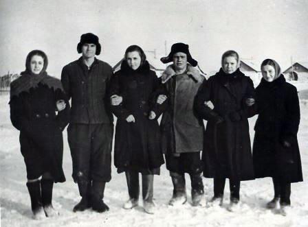 молодежь целинного совхоза: Слева направо - Дина Гусева, Саша Добрунов, Оля, Денис, последняя в ряду Валя Фомина